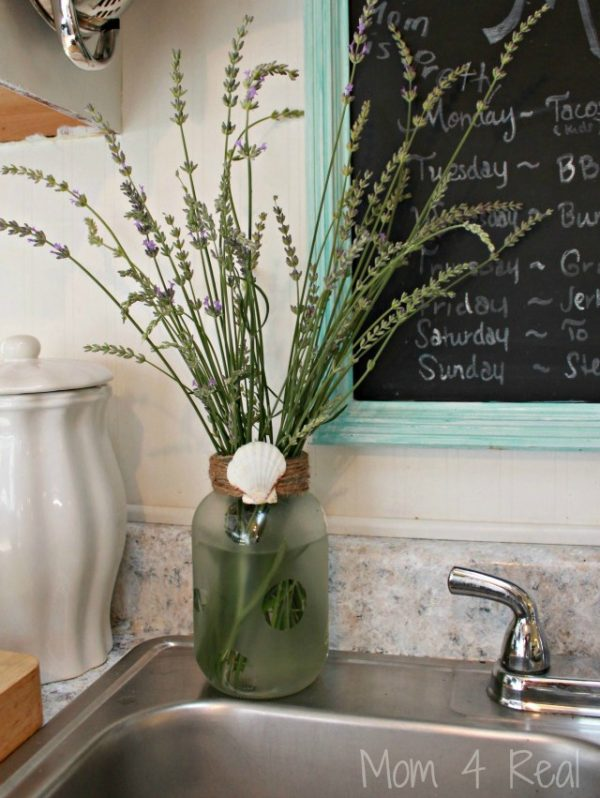 Frosted Mason Jar Vase | Mason Jar Crafts | Mom4Real for TodaysCreativeLife.com