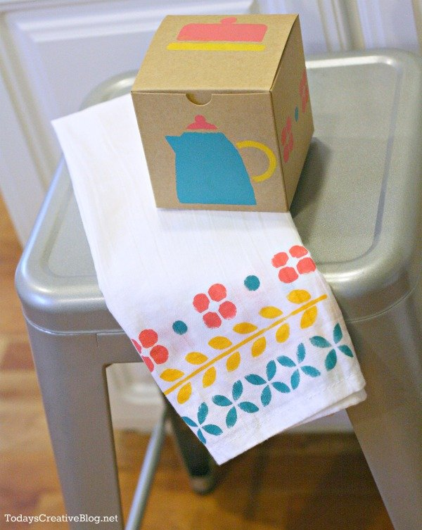 Stenciled Dish Towel | TodaysCreativeBlog.net