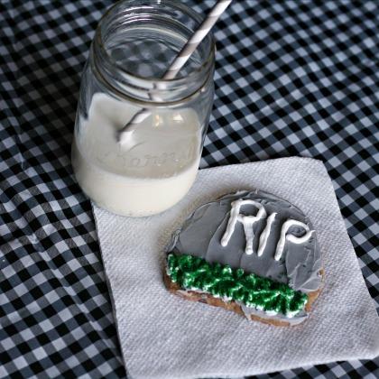 Halloween Food | Tombstone cookies | TodaysCreativeBlog.net
