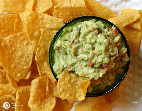 Simple Guacamole Recipe with Salsa | Quick guacamole dip recipe | Football Food | Super bowl appetizer | Party Food | TodaysCreativeLife.com