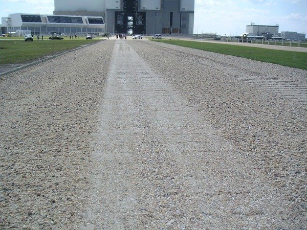 800px-Crawlerway_toward_VAB