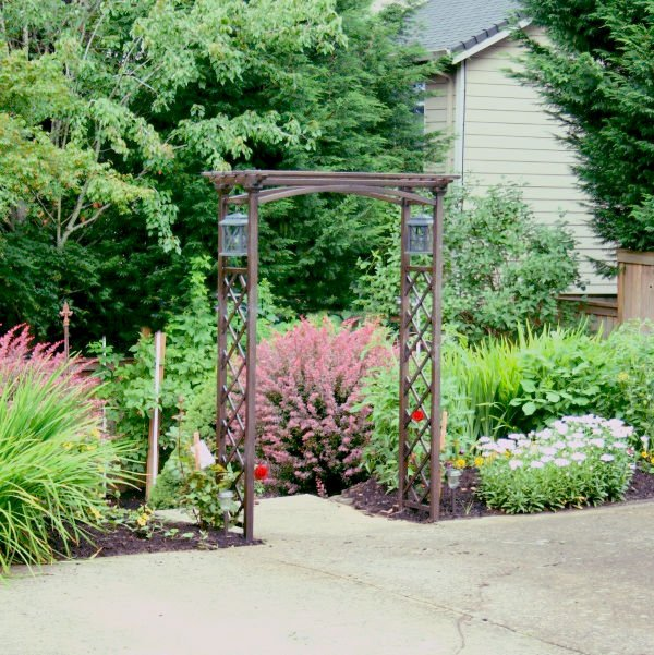 Easy Backyard Projects | Installing an arbor. TodayscreativeLife.com