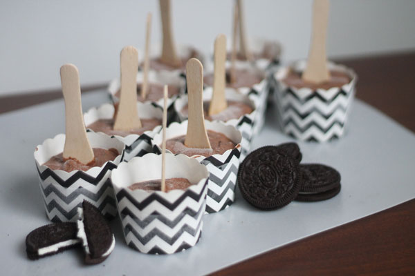 Oreo Chocolate Pudding Popsicles by the Crafting Chicks | TodaysCreativeBlog.net
