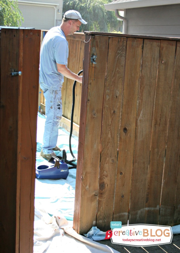 Staining your Fence with HomeRight |TodaysCreativeBlog.net