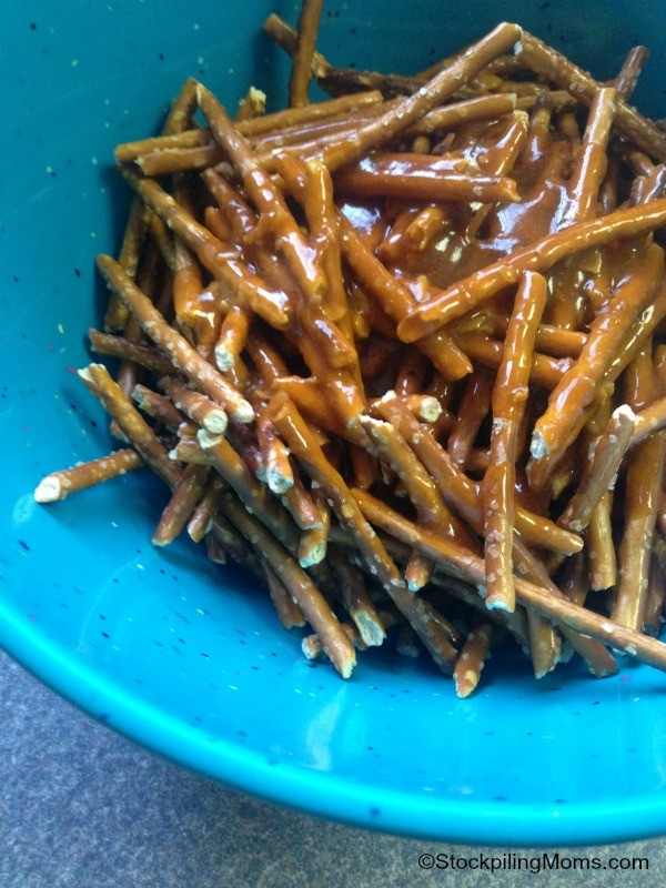 Spicy Buffalo Baked Pretzels by Stockpiling Mom   Easy snacks   See more on TodaysCreativeLife.com