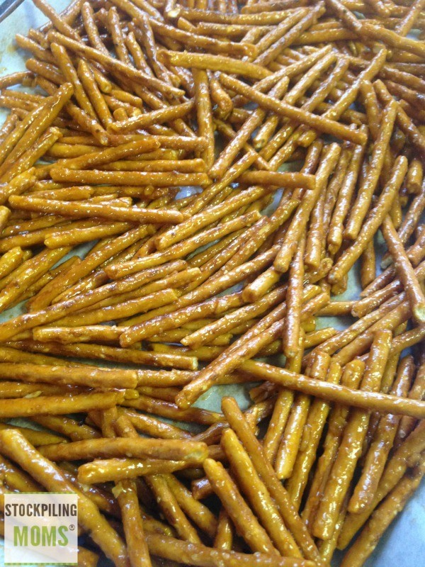 Spicy Buffalo Baked Pretzels by Stockpiling Mom | Easy snacks | See more on TodaysCreativeLife.com
