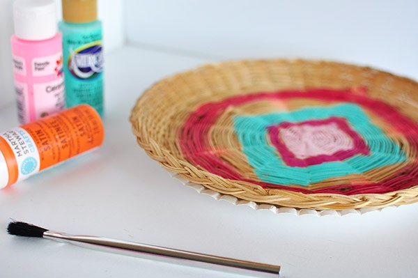 Painted Wicker Charger Plates | Take ordinary wicker paper plate holders from drab to fab! | Easy DIY Home craft project | See the tutorial on TodaysCreativeLife.com