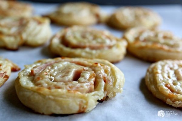 Turkey Cheddar Pinwheels - Easy appetizer - TodaysCreativeLife.com