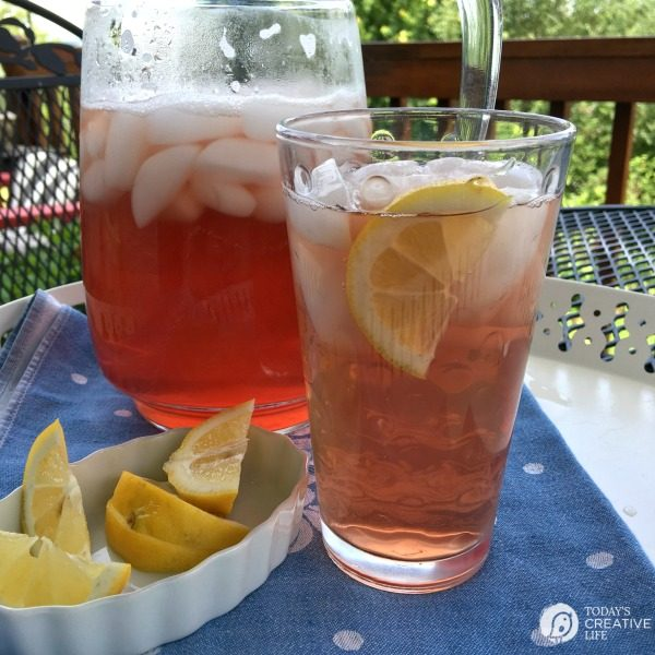 Cranberry Iced Green Tea | Making your own iced green tea with cranberry is easy and inexpensive! See more on TodaysCreativeLife.com