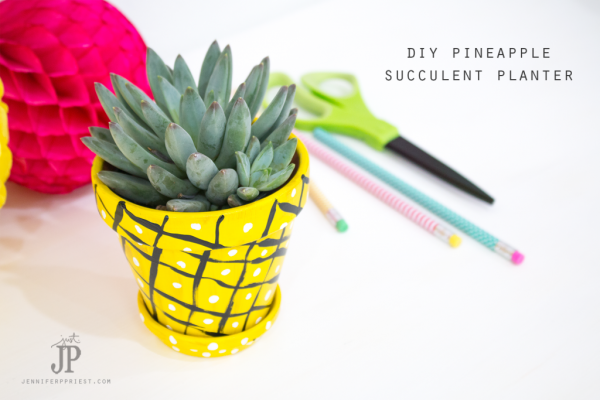 DIY Succulent Pineapple Planter | This DIY Craft idea is on trend and fun to do! Find the tutorial to make your own on TodaysCreativeLife.com (tutorial shared by Jennifer Priest)