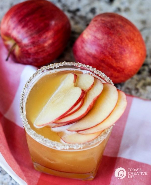 Apple Pie Moonshine Spice Cider Cocktail   This seasonal holiday cocktail is the perfect drink for your holiday parties! Grab the recipe by clicking on the photo. TodaysCreativeLIfe.com