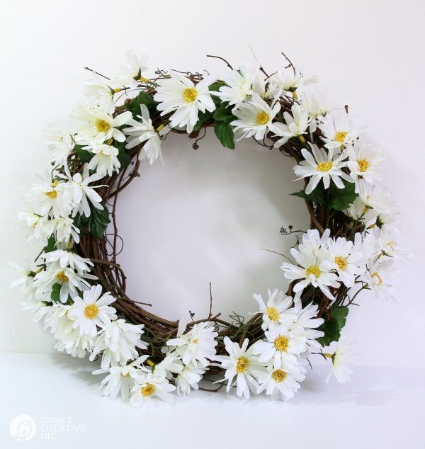 diy Daisy Wreath | Spring Wreath Tutorial on TodaysCreativeLife.com