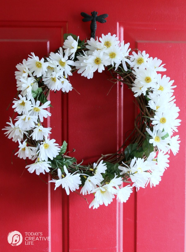 diy daisy wreath | Spring Wreath from TodaysCreativeLife.com