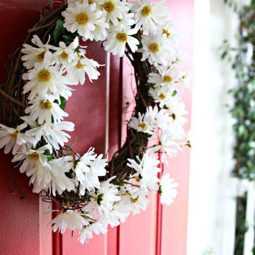 diy daisy wreath | How to make a daisy wreath. Spring Porch Ideas.