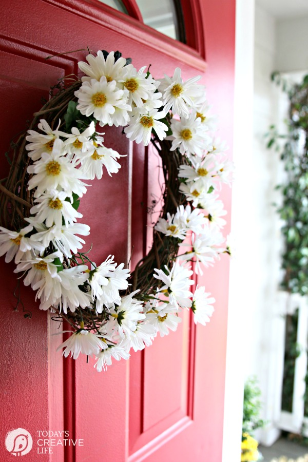 diy daisy wreath | Spring door, spring porch. How to make a Daisy Wreath on Today's Creative Life.