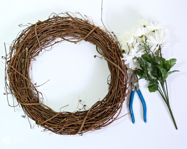 diy daisy wreath supplies | Make a spring wreath. TodaysCreativeLife.com