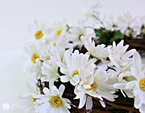diy Daisy Wreath | Faux daisy wreath for your spring door. Today's Creative Life