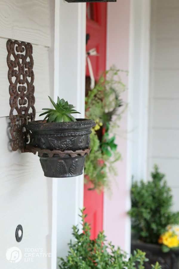 Simple Ways to Decorate your Front Porch | TodaysCreativeLife.com