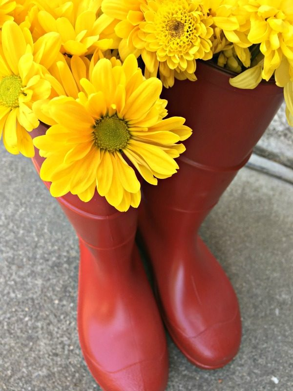 DIY Thrifted Rain Boots Porch Decor | how to paint rubber boots | repurpose rain boots | Hunter boot look a like | Salvage Sister and Mister for TodaysCreativeLife.com