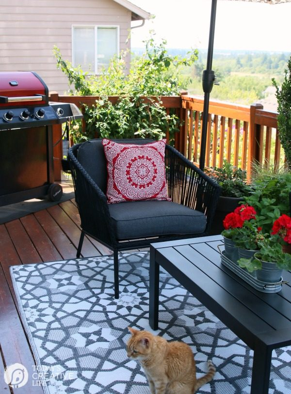 Small Patio Decorating Ideas on a Budget | TodaysCreativeLife.com