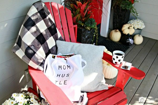 DIY Mom Hustle Tote | Free Printable iron on transfer craft idea. TodaysCreativeLife.com