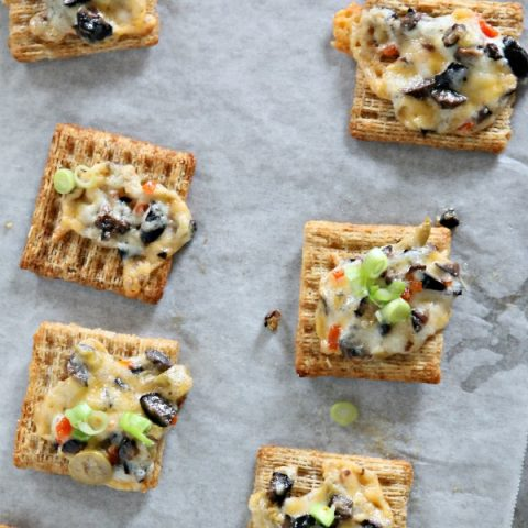 Cheesy Olive Cracker Snacks | Easy to make appetizer ideas | Football game day finger foods | Triscuit Cracker recipes | TodaysCreativeLife.com