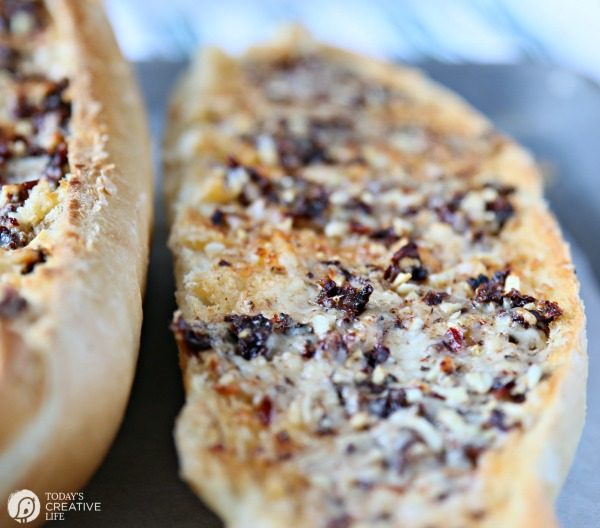 Sun-Dried Tomato Garlic Bread | Serve with soup and salad, or as an appetizer. Great game day football foods! TodaysCreativeLife.com