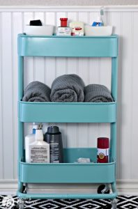 College Apartment Bathroom Essentials for guys | Start with the basics for a well stocked college bathroom. Fluffy Towels, Stylish decor, all the toiletries and more. Free Printable Bathroom Essentials List. | TodaysCreativeLife.com