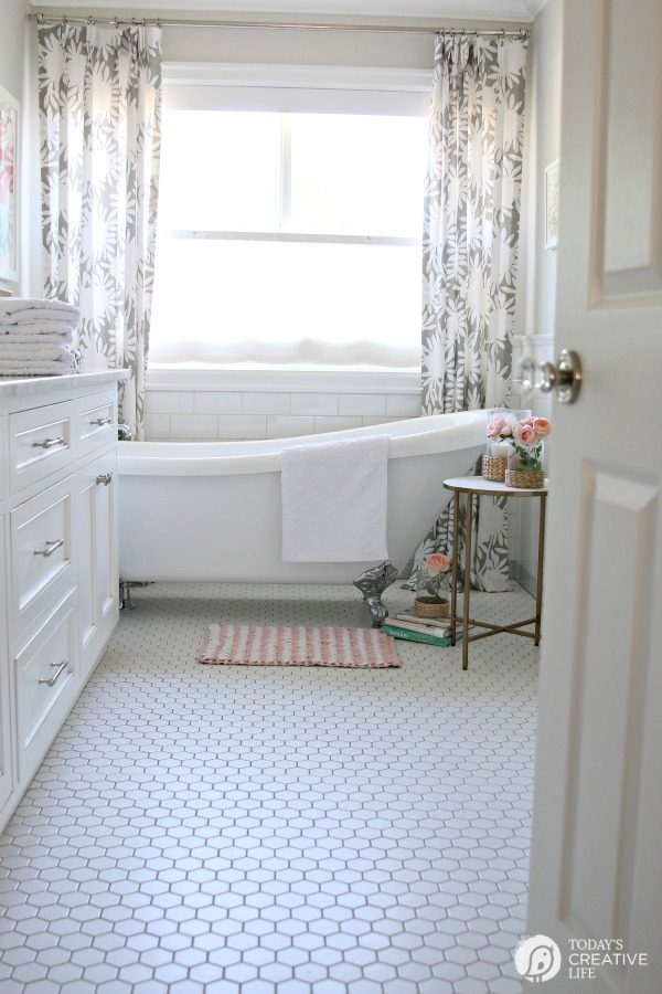 Budget Friendly Bathroom Decorating | Bathroom Decorating Ideas | Your Home based Mom | TodaysCreativeLife.com
