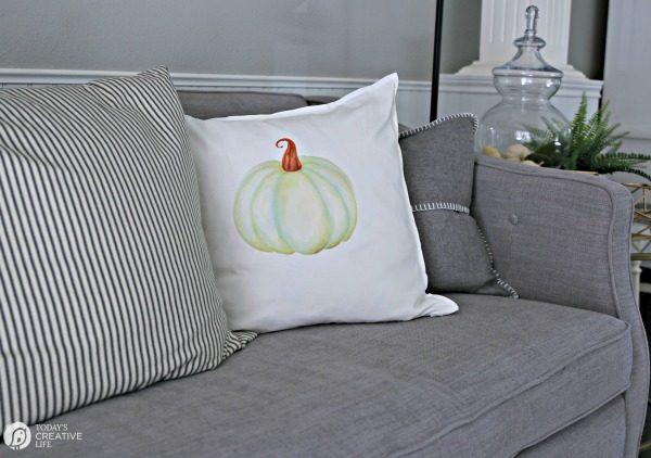 DIY/ Iron-On Pumpkin Pillows for Fall | TodaysCreativeLIfe.com