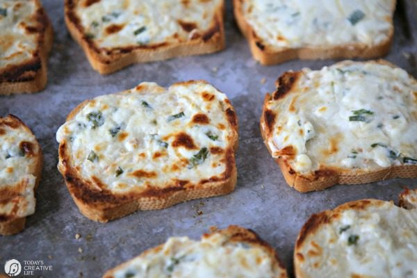 Garlic Cream Cheese Toasted French Bread REcipe | todaysCreativeLife.com