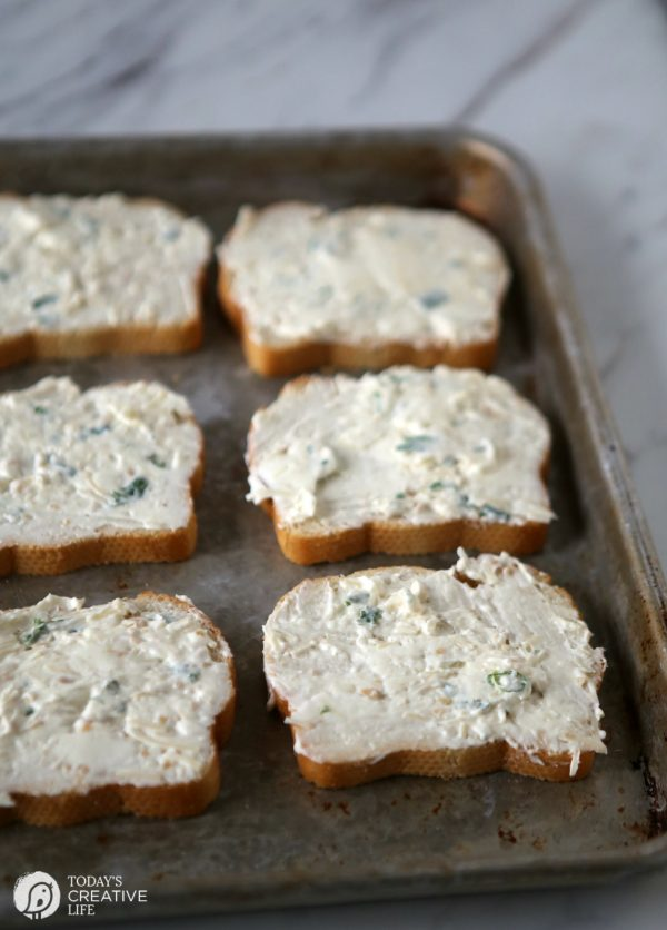 Cream Cheese Garlic Cheese Spread French Bread | TodaysCreativeLife.com