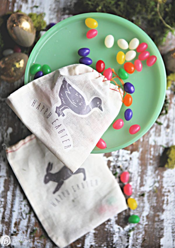 DIY Easter Treat Bags | Easter Craft Ideas | Place setting ideas for your Easter table | Spring Crafts | TodaysCreativeLife.com
